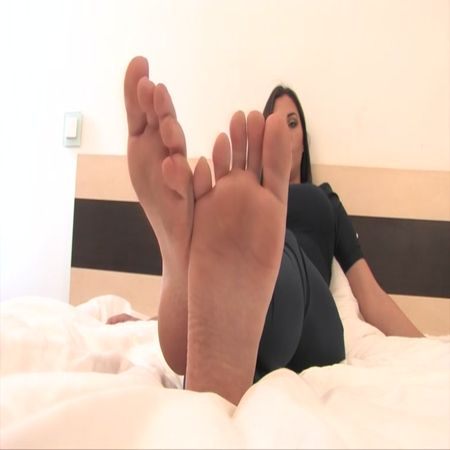 Noemis World – Cute girl with arched feet