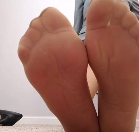 Mo Rina - hiring someone who can resist her feet