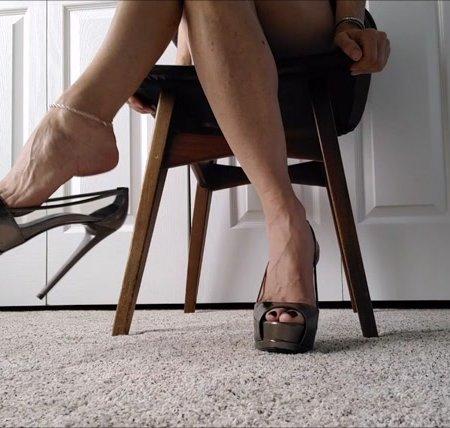 Mo Rina - underdesk shoeplay