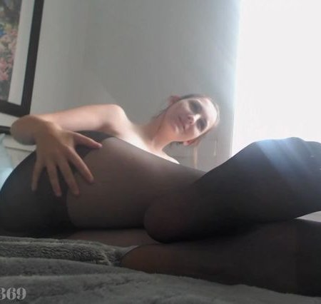 Kelly Payne - sexy soles of feet in pantyhose