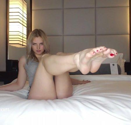 Goddess Rainn - Feet Make You Cum