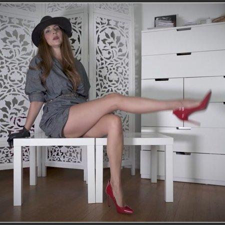 Femme Fatale Dangling (Stella Liberty)