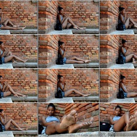 PERLANERA: bare legs and dirty soles (Barefoot Urban Girls)