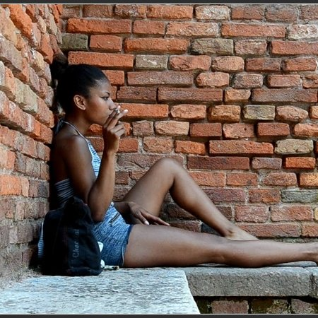 PERLANERA: bare legs and dirty soles (Barefoot Urban Girls)