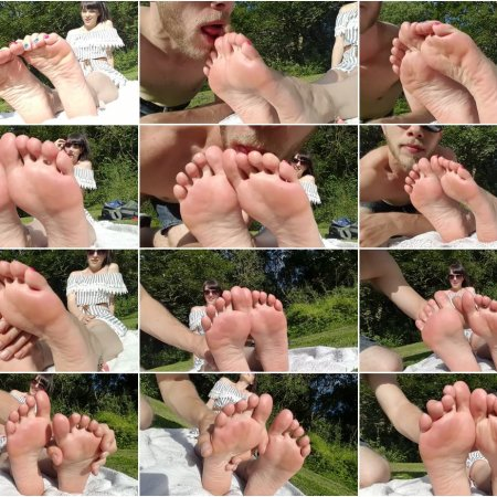 OUTDOOR FOOT WORSHIP