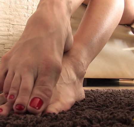 Noemi's World - Beautiful Kitty rubbing her soles