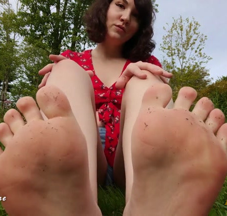 Luna Sapphire - OUTDOOR FOOT LICKING JOI