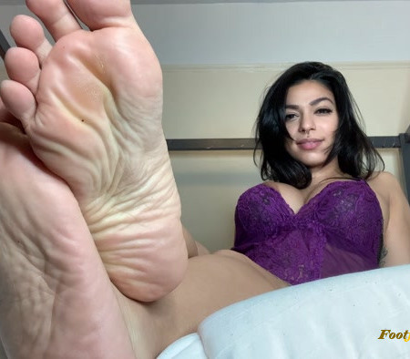 Lady Toro - Foot Worship on the First Date