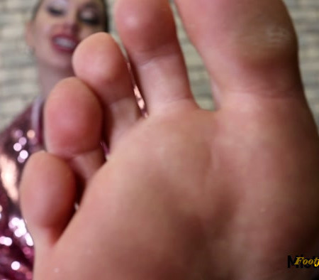 Mistress Misha Goldy - Train on my toes to suck a real dick