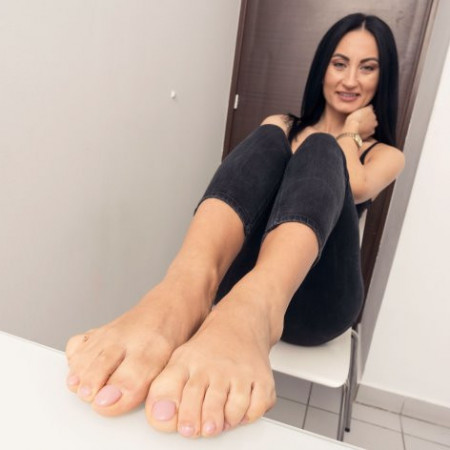 Feet Jeans - Brunette with big rough soles in 4K