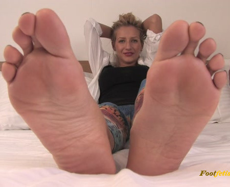 Pearl - This blonde will crush you under her powerful feet