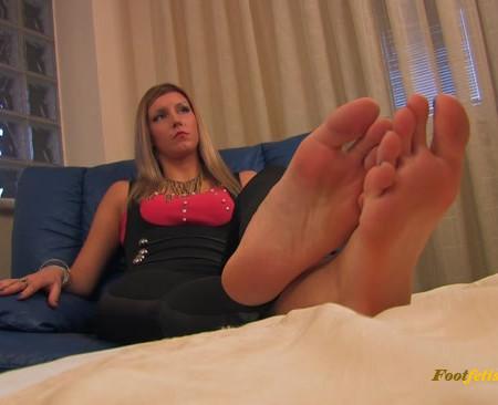 Noemis World – Tall Annika showing her big soles