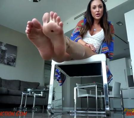 Lindsey Leigh - Worship My Gladiator Feet