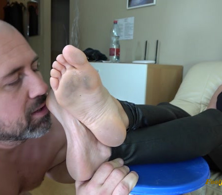 Goddess Zia - the Ex-boss Slave - Lick My Dirty Feet!