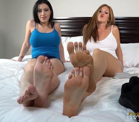 Cassandra Cain, Ivy Secret - Roommate Stinky Foot Worship