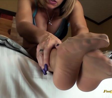 Erotic Nikki - Stroke For Pantyhosed Feet