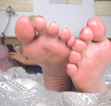 Sexy blonde princess - Down to feet igno