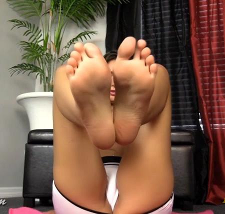 Samantha Foxx - My feet own you