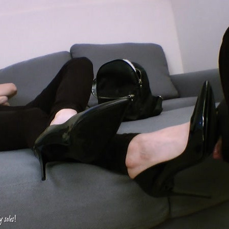 Foot Goddess Mia starring in video (Love to see my slut is waiting for me on his knees) [FullHD 1080P]