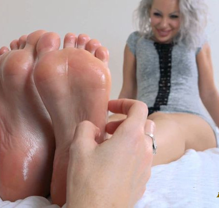 Scarlett Sinns – Sensual Worship and Playful Tickles