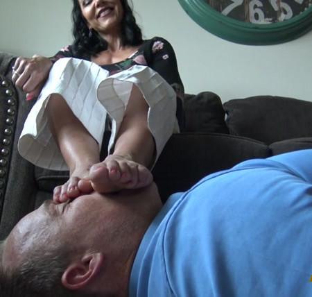 Goddess Zephy - A Slave To Stinky Feet