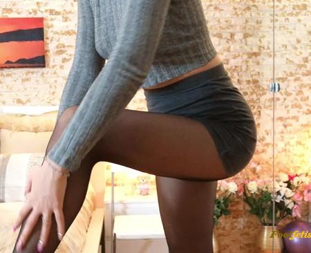 Goddess Natalie – Cum for my nylon legs