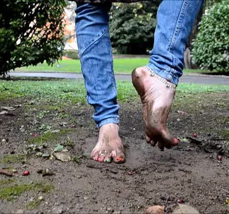 Barefoot Urban Girls - RED-X barefoot in mud and icy water
