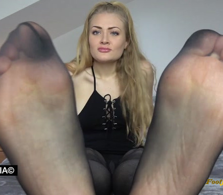 Goddess Dommelia – Stroke For My Nyloned Feet