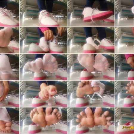 Public Shoeplay - Latina Taking off nylon socks and Sneakers
