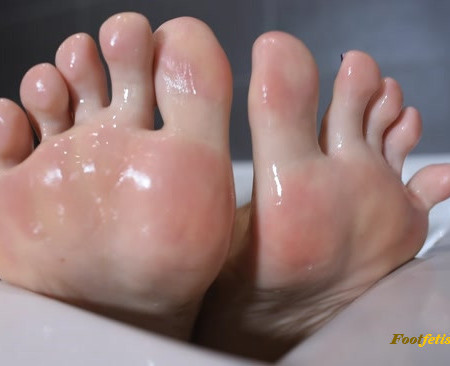 Czech Soles – Sensual bath foot teasing and her soft feet peeling, POV
