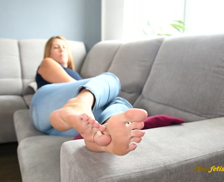 New tall BIG feet model gets her soles worshiped for the first time
