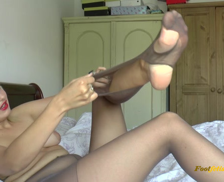 Bad Dolly – Nylon Tights Pantyhose Get Destroyed
