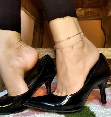 cinnamonfeet2 - dangling heels for the weekend