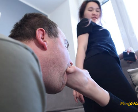 Czech Soles – Goddess Lynn punishes loser with her sexy Asian feet