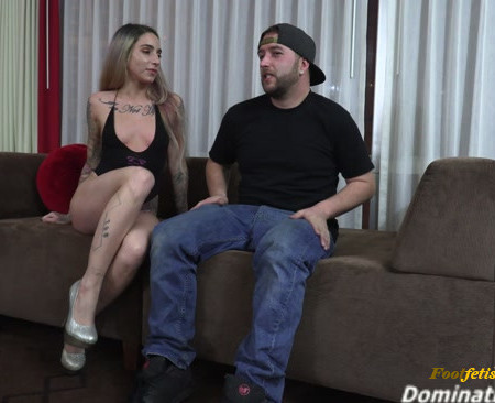Sheena gets her feet licked