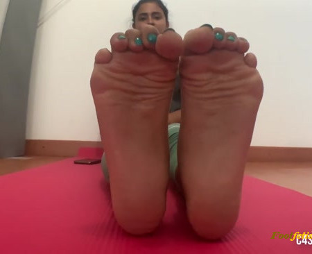 Goddess Enola Fischer - Mistress Soles - Playing With My Feet