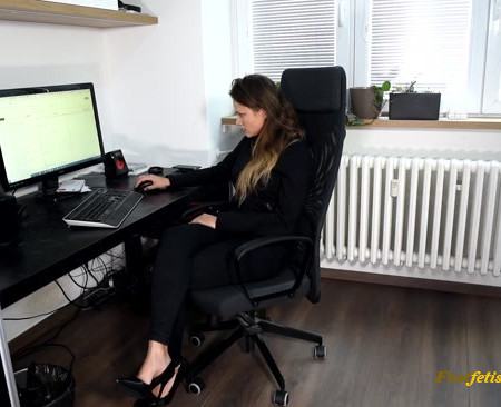 Czech Soles – Inappropriate suggestions at workplace leads to foot worship
