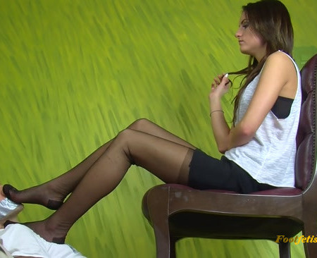 Dominant Femine – Smell Shoes Stockings And Bare Feet
