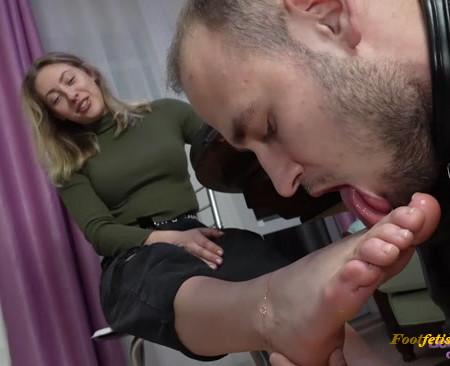 Licking Girls Feet – FOX – Devoted fan continues worship her feet