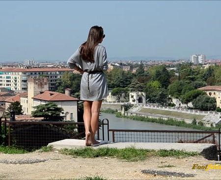 Barefoot Urban Girls – AMELIE's hot barefoot morning 2