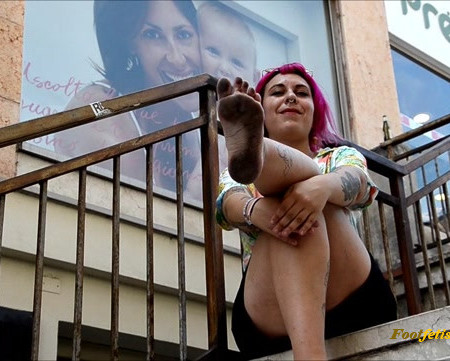 Barefoot Urban Girls – FENICE: pink-haired & filthy-soled 1