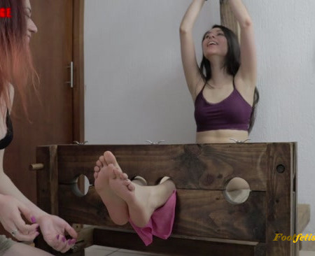 Perverstage – Johanna and Gabrielle playing with their ticklish feet