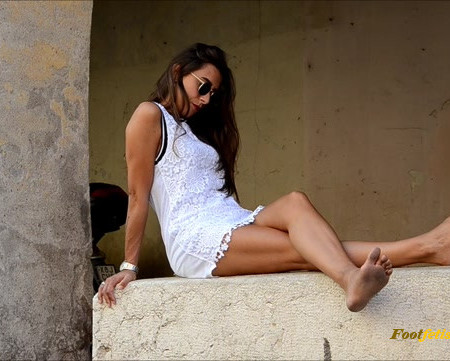 Barefoot Urban Girls – AMELIE: white dress and dirty soles